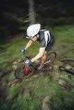 Faire du vélo de montagne d'homme photos libres de droits