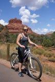 Faire du vélo de montagne de jeune femme Photo libre de droits