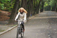 Faire du vélo en stationnement Images libres de droits