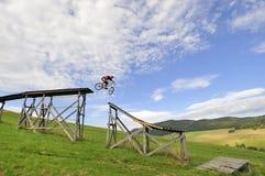 Faire du vélo extrême de montagne Image libre de droits