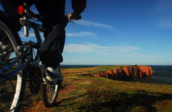 Faire du vélo par la mer Photographie stock libre de droits