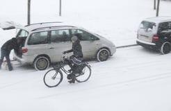 Faire du vélo par la neige Photo stock