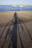 Faire du vélo par le lac photo stock