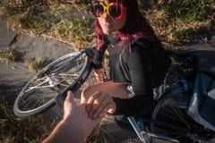 Faire du vélo pendant l'été au coucher du soleil photographie stock