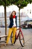 Faire du vélo urbain - adolescente et vélo dans la ville Photographie stock libre de droits