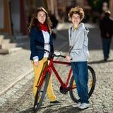 Faire du vélo urbain - années de l'adolescence et vélos dans la ville Photo stock