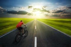 Faire du vélo d'homme Image libre de droits