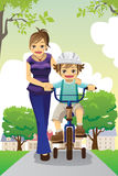 Faire du vélo de enseignement de fils de mère Photographie stock libre de droits