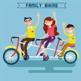 faire du vélo de famille Famille montant une bicyclette Bicyclette triple Image stock