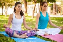 Faire du yoga à un parc Photographie stock