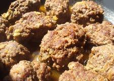 Faire frire de grandes boulettes de viande faites maison sur une casserole Photographie stock libre de droits