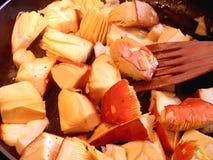 Faire frire des champignons Photo libre de droits