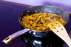 Faire frire des champignons de couche à l'oignon Image libre de droits
