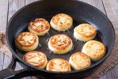 Faire frire des crêpes de fromage blanc Photographie stock libre de droits