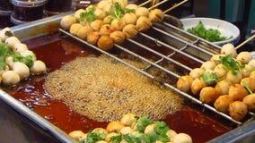 Faire frire Fishballs à un marché en plein air asiatique clips vidéos