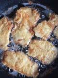 Faire frire l'escalope de veau en huile chaude Photographie stock libre de droits