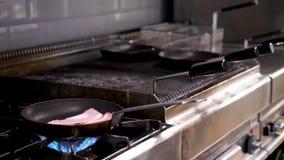 Faire frire le lard sur une casserole banque de vidéos