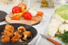 Faire frire les choux-fleurs panés dans la casserole Photo libre de droits