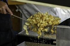 Faire frire les pommes chips françaises à une foire de gens du pays Photos libres de droits