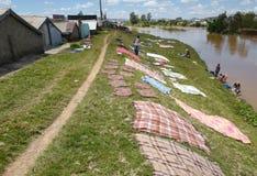 Faire la blanchisserie au Madagascar Photos stock