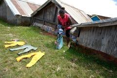 Faire la blanchisserie au Madagascar Photo stock