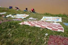 Faire la blanchisserie au Madagascar Image stock