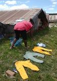 Faire la blanchisserie au Madagascar Photographie stock libre de droits