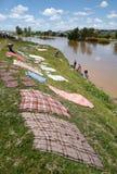Faire la blanchisserie au Madagascar Photo libre de droits