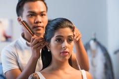 Faire la coiffure image libre de droits