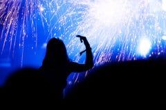 Faire la fête la foule et les feux d'artifice à la nouvelle année Photographie stock libre de droits