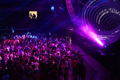 Faire la fête la foule dans la disco Photographie stock