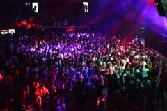 Faire la fête la foule dans la disco Photos stock