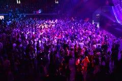 Faire la fête la foule dans la disco Photo stock