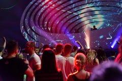 Faire la fête la foule dans la disco Image libre de droits