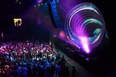 Faire la fête la foule dans la disco Image stock