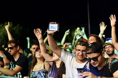 Faire la fête la foule en cercle d'or à un concert Photos stock