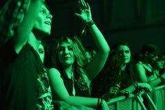 Faire la fête la foule en cercle d'or à un concert Image stock
