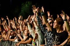 Faire la fête la foule en cercle d'or à un concert Image libre de droits