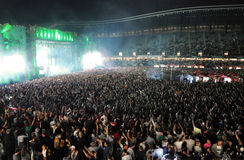 Faire la fête la foule à un concert vivant Images stock