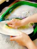 Faire la vaisselle sale Photographie stock libre de droits
