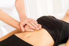 Faire le massage et l'ostéopathie photos stock