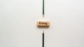 Faire le mot sur le bloc en bois Photo stock