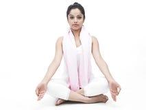 faire le yoga de femme d'exercice Images libres de droits