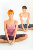 faire le yoga de femmes d'exercices Photo libre de droits