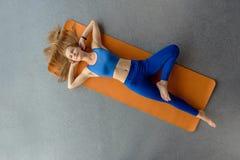 Faire le yoga de matin image libre de droits