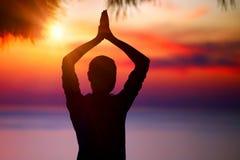 Faire le yoga sur le coucher du soleil Photo libre de droits