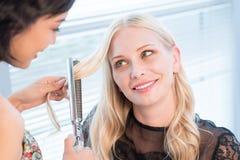 Faire les cheveux Photographie stock libre de droits