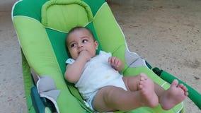 Faire ses dents le bébé garçon dans le videur mettant des doigts dans sa bouche banque de vidéos