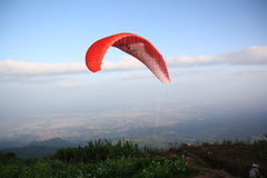 Faire un saut en chute libre dans le chou de champ en montagne Photo libre de droits