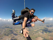 Faire un saut en chute libre l'homme d'une cinquantaine d'années tandem Photo stock